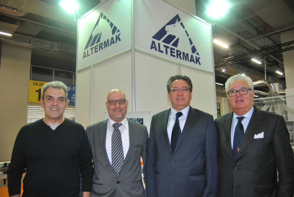 First on right, Massimo Bobba/Casadei Busellato�s Business Unit Manager. Second from right, Rahmet Cagatay/Altermak and two people of Casadei Busellato: third from right, Alberto Faccin and Giorgio Dellai. Photo Datalignum.