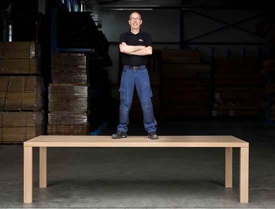 Nico Bouwhuis celebrates 50 years of activity in Arco Meubelfabriek, with the Essenza Table.