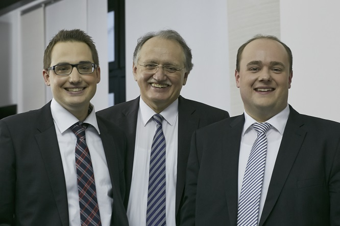 Dr. Ralf Becker (center), his son Gerrit (left) and Mario Heiming/Head of production and human resources.
