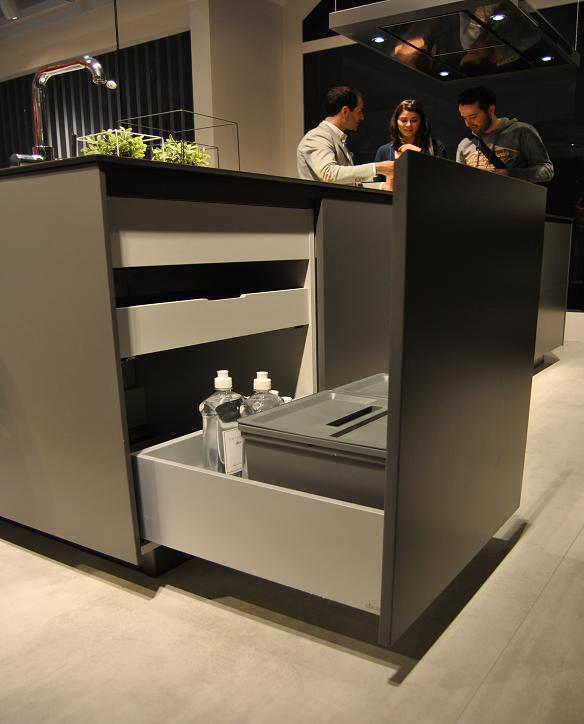 GRASS install the drawers Vionaro in the kitchen furniture Dica/Spain.